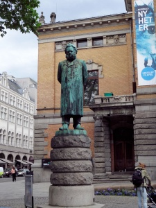 Oslo : theatre national, statue Ibsen